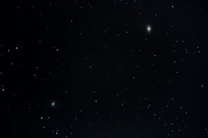 "Galaxien M95 (unten links) und M96 (oben rechts), 6"" f/5 Newton, Pentax K-500, 25 x 25 Sek. (10 Min. 25 Sek.), ISO 3200"
