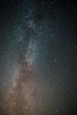 Milchstraße mit Sternbild Schwan und Umgebung, Pentax K-3 mit 18-55 mm Objektiv @18 mm, f/3,5, 10x15 Sek. (2,5 Minuten), ISO 6400