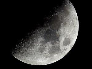 Der Mond als Fotomotiv: Lucky Imaging Technik mit Pentax K-500, 200 x 1/30 Sek., ISO 100