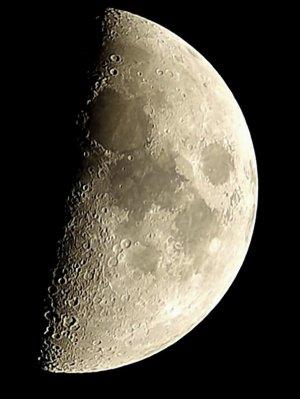 Mond im klassischen Linsenteleskop:  80/900 mm Refraktor mit Pentax K-500, 200 x 1/30 Sek., ISO 100