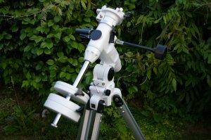 Durch die Montierung lässt sich das Teleskop in die gewünschte Richtung schwenken